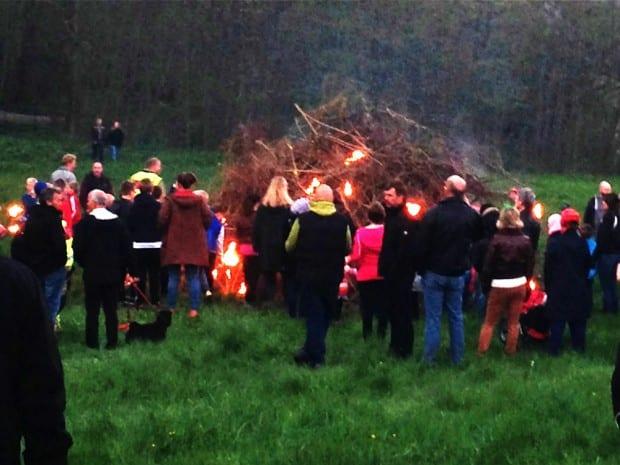 Anförda av två ryttare på hästarna Sickan och Pelle från Österlens Ridskola gick fackeltåget från Korsoren till scoutgården där facklorna tände bålet